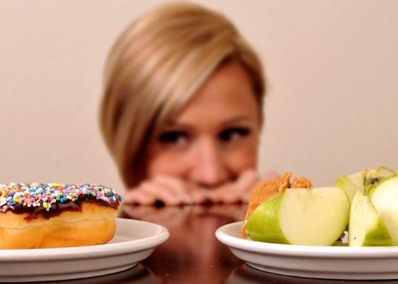 vægttab i symbol med kvinde der kan vælge sund mad