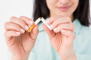 rygestop med kvinde der knækker en cigaret